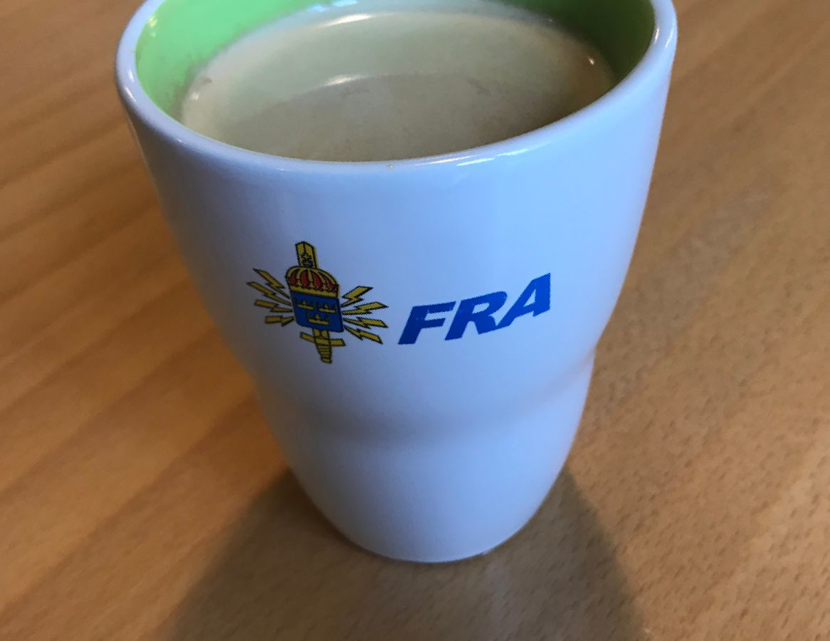 Kaffekopp som det står FRA på