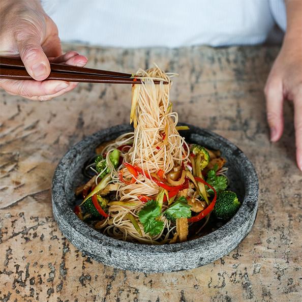 wok med pease och risnudlar